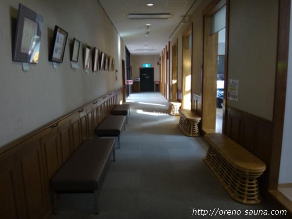 淡路島「美湯松帆の郷」館内廊下入っているバッグ画像